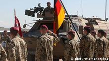 ARCHIV - Bundeswehrsoldaten nehmen am Ostersonntag (04.04.2010) im Feldlager des Wiederaufbauteams Kundus an einer Trauerfeier für drei gefallene Kameraden teil. In Afghanistan sind bei einem Zwischenfall am Donnerstag (15.04.2010) vier deutsche Soldaten getötet und mehrere verletzt worden. Nach Informationen der Nachrichtenagentur dpa starben die Soldaten in der nordafghanischen Provinz Baghlan in der Nähe von Kundus. Foto: EPA/ISAF / HANDOUT EDITORIAL USE ONLY/NO SALES (zu dpa 4231 vom 15.04.2010) +++(c) dpa - Bildfunk+++