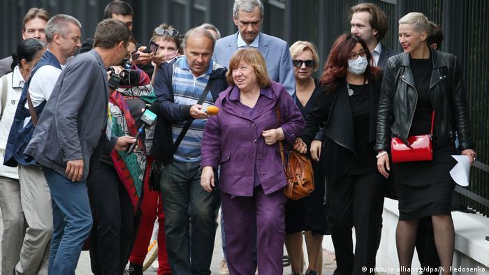 Светлана Алексиевич перед допросом в Следственном комитете Беларуси, 26 августа