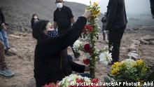25.08.2020 Fabiola Jaiker, 27, decarates a cross with flowers for the tomb of her grandmother Vicenta Panduro Panduro, 87, who died from COVID-19 complications, during her burial at a cemetery in Carabayllo, Lima, Peru, Tuesday, Aug. 25, 2020. (AP Photo/Rodrigo Abd) |