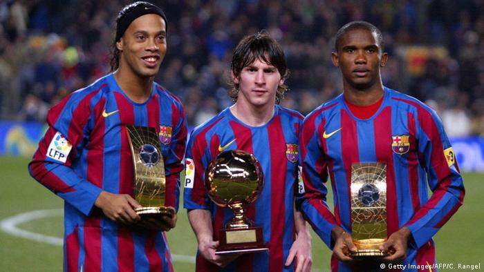 Fußballspieler Lionel Messi und Samuel Eto und Ronaldinho (Getty Images/AFP/C. Rangel)