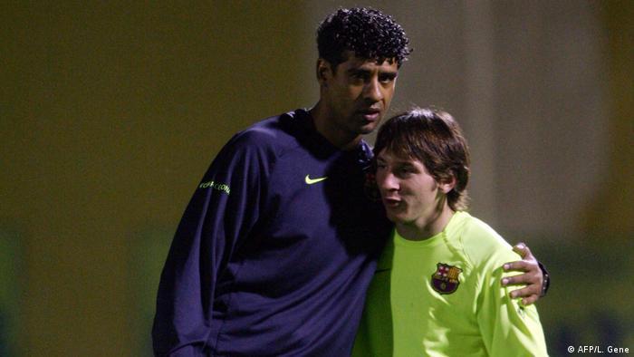 Fußballspieler Lionel Messi und Frank Rijkaard 2005 (AFP/L. Gene)