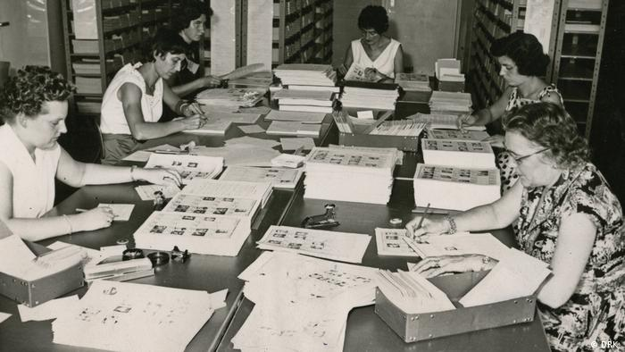 Archive photo from the 1950s of staff at the DRK offices in Munich at work.