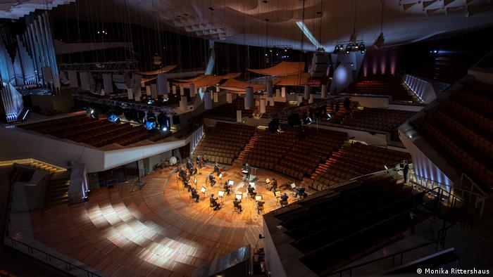 Musicians play in an empty hall in a view from the highest point of the Berlin Philharmonie (Monika Rittershaus)