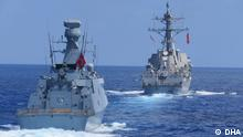 Kriegsschiffe der türkischen Marine und der US-Marine bei einer Militärübung