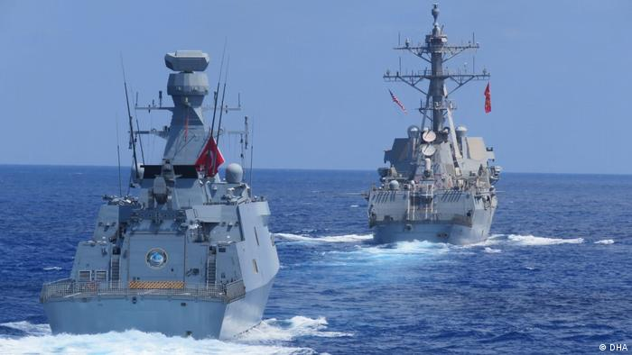 Kriegsschiffe der türkischen Marine und der US-Marine bei einer Militärübung (DHA)