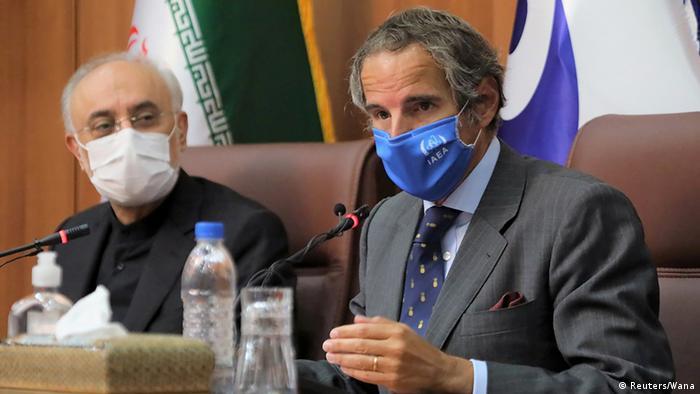Atomenergiebehörden-Chef Rafael Grossi und der iranische Atom-Chef Ali-Akbar Salehi bei einer Pressekonferenz in Teheran Grossi