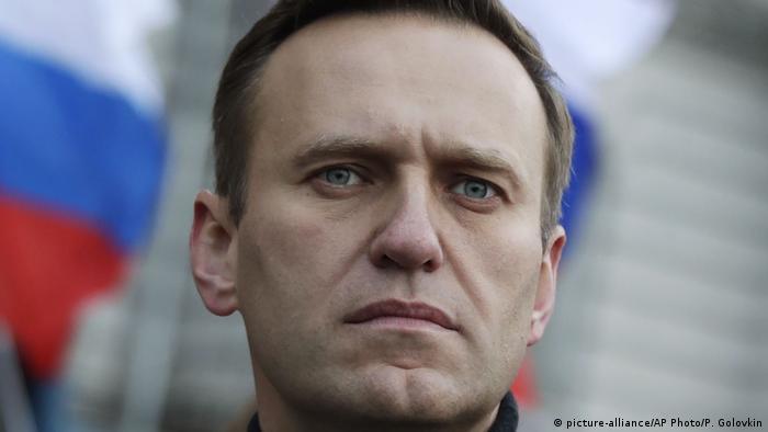 Алексей Навальный и флаг России на марше памяти Бориса Немцова в Москве