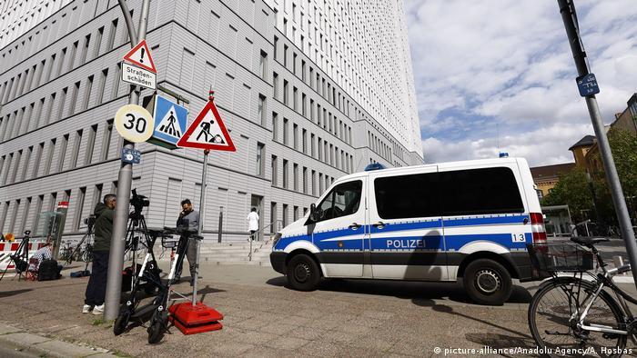 Krankenhaus Charité, Polizeifahrzeug im Vordergrund( picture-alliance/Anadolu Agency/A. Hosbas)