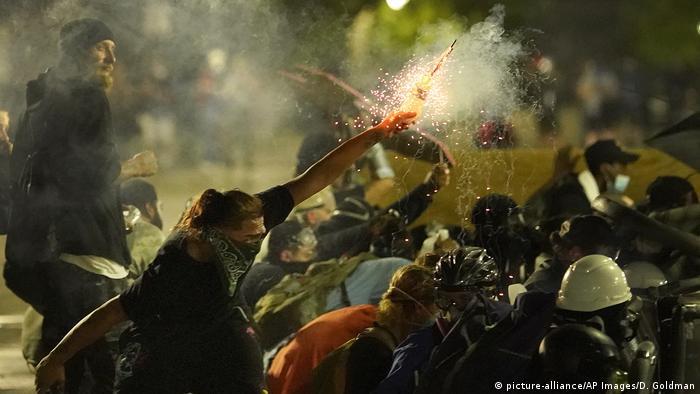 Столкновения протестующих и полицейских в городе Кеноше на антирасистских протестах, начавшихся после стрельбы полицейских по афроамериканцу при его задержании