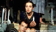 Die Filmszene aus dem Jahr 2000 zeigt Anton (Denis Lavant) und Eva (Chulpan Hamatova) während der Trauerfeier für Antons Vater in ihrem alten Schwimmbad. Der deutsche Spielfilm Tuvalu, der am 22.06.2000 in die Kinos kommt, erzählt vom Niedergang des baufälligen Bades, dessen Florieren Anton seinem blinden Vater nur vorgaukelt, vom Zwist mit seinem skrupellosen Bruder, und von der zarten Liebesgeschichte zwischen Anton und Badegast Eva. Erst nach schweren Schicksalsschlägen machen sie sich auf den Weg, die paradiesische Insel Tuvalu zu finden. dpa |