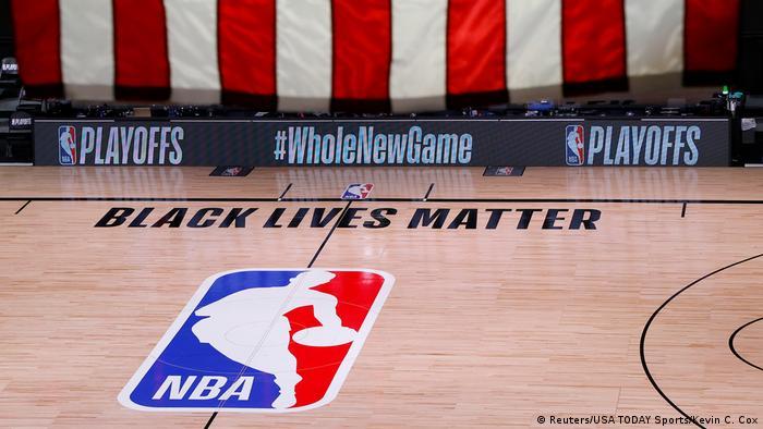 Foto de logo de la NBA con el slogan black lives matter en una cancha de Florida