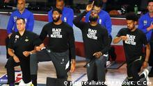 USA LeBron James von den Los Angeles Lakers zeigt himmelwärts
