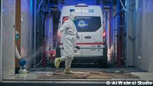 China Filmstill aus Coronation von Ai Weiwei: Desinfizierung der Krankenwagen