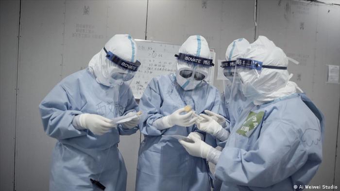 China Filmstill aus Coronation von Ai Weiwei: Krankenhaus-Schwestern in Schutzkleidung