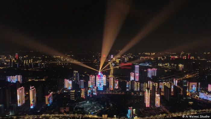 Luzes sobre Wuhan em cena do filme Coronation, de Ai Weiwei