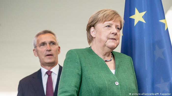 المستشارة الألمانية أنغيلا ميركل مع الأمين العام لحلف شمال الأطلسي ناتو ينس ستولتنبرغ