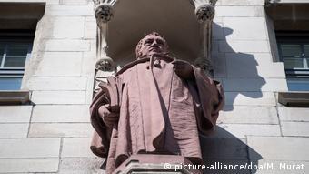 Скульптурный портрет Гегеля украшает ратушу в Штутгарте