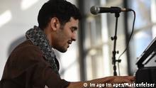 Deutschland Der syrische Pianist Aeham Ahmad spielt bei der Finissage in den Documentahallen