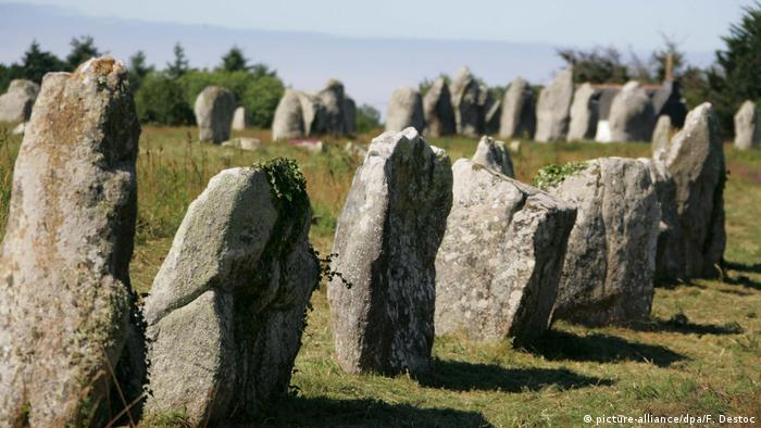 Series of stones known as the Carnac megalithic site (picture-alliance/dpa/F. Destoc)