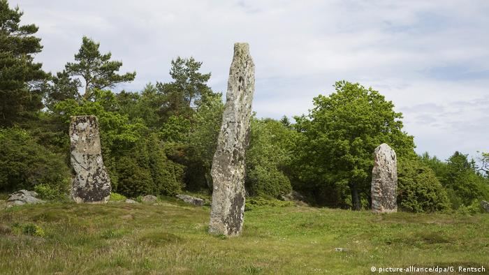 Three upright boulders, megalithic site of Bohuslän (picture-alliance/dpa/G. Rentsch)