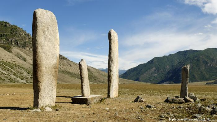 Megalithic site of Katun Valley: Stones erected in a mountainous landscape (picture-alliance/dpa/E. Strigl)