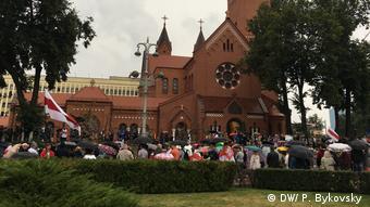 Участники акции протеста собрались у здания Красного костела в Минске