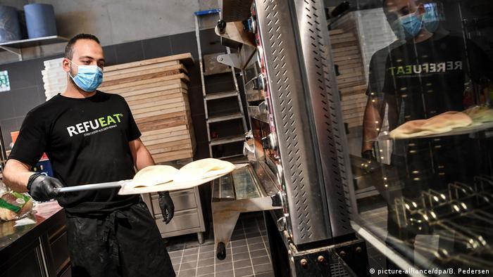 صلاح دهان في مطعم سوريفي في برلين يخرج الخبز من الفرن 10.08.2020
