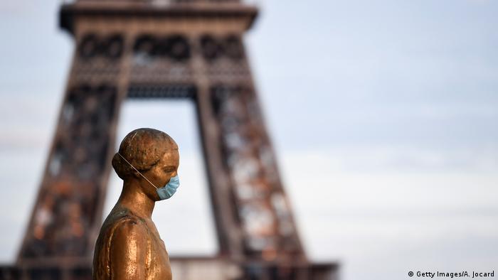 У Парижі закрили бари через стрімке поширення коронавірусу