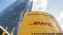 ARCHIV - 13.11.2017, Nordrhein-Westfalen, Bonn: Ein Schild mit dem Logo der Deutschen Post und DHL steht an der Zentrale der Deutschen Post DHL Group. Die Deutsche Post sieht trotz der Corona-Krise keinen Bedarf für staatliche Finanzhilfen. Foto: Rainer Jensen/dpa +++ dpa-Bildfunk +++ | Verwendung weltweit