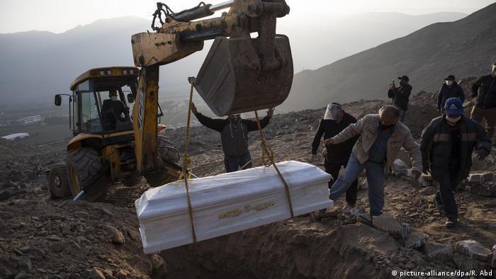 El entierro de una víctima del COVID-19 en Lima
