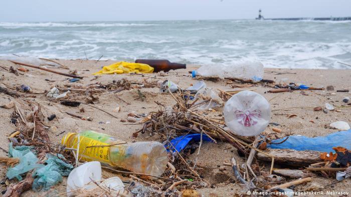 Lixo plástico em praia do Mar Negro, na Ucrânia