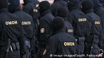 Сотрудники ОМОНа на одной из улиц Минска 28 августа