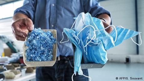 """Ljudi koriste jednokratne maske za lice i bacaju ih. To je postao ekološki problem širom sveta. Novoosnovana francuska firma """"Plaxtil"""" namerava da počne sa reciklažom. Iskorišćene maske, u kombinaciji sa plastikom, mogu se, kažu, koristiti za proizvodnju novih maski, vizira, pa čak i kvaka za vrata."""