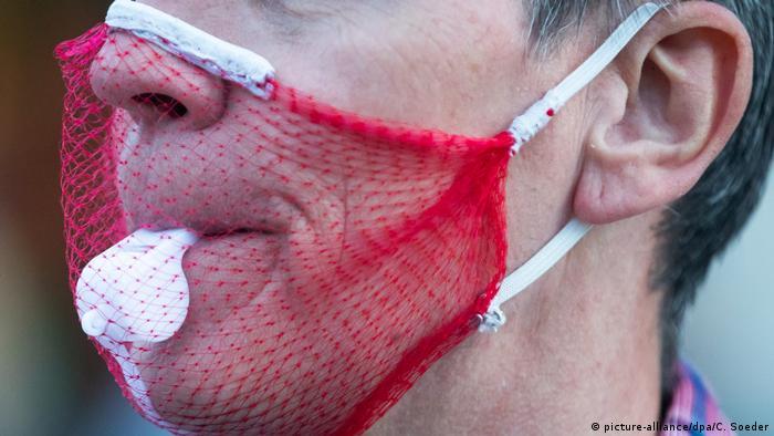 Berlin Corona-Proteste | Fake-Maske aus Netz (picture-alliance/dpa/C. Soeder)