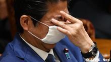 Japan Premierminister Shinzo Abe mit Maske