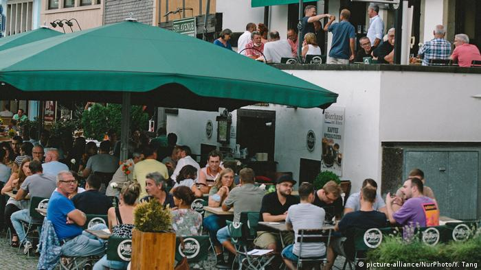 Mnogi restorani i dalje izgledaju kao ovaj u Kelnu (slika iz avgusta) - odstojanje je relativno