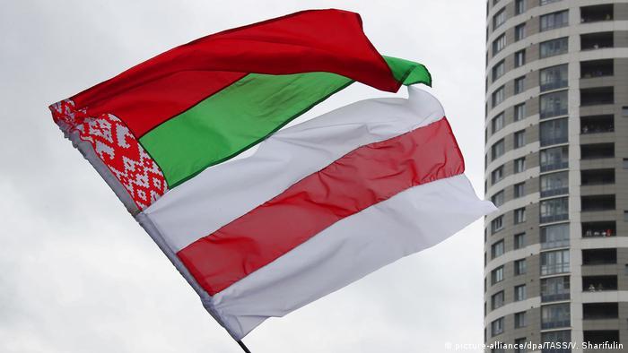Красно-зеленый и бело-красно-белый флаги на одном древке