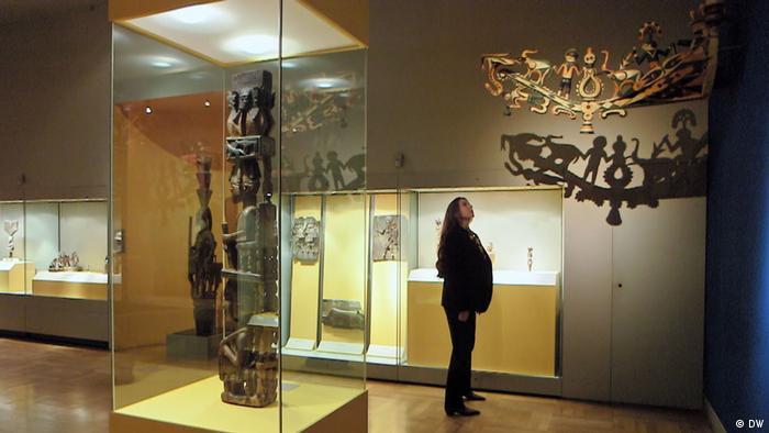 Die Direktorin des Museums Fünf Kontinente in Münche, Dr. Uta Werlich, steht unter dem geraubten Schiffsschnabel Tangué (Bild: DW)