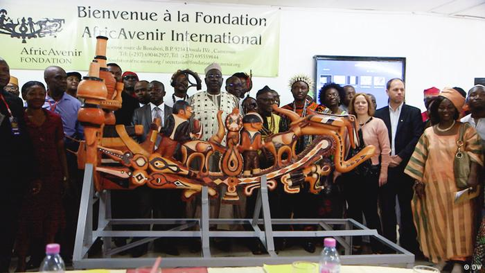 Nachbildung des Tangué, umringt von Menschen, in den Räumen der Stiftung AfricAvenir in Douala, Kamerung (Bild: DW)
