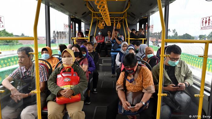 Penumpang transportasi publik (AFP/A. Berry)