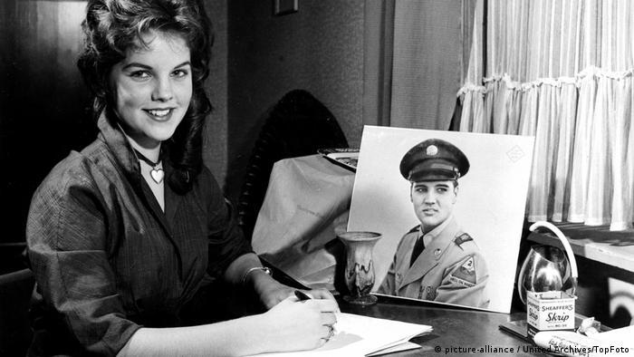Присила Болийо пише писмо на Елвис Пресли. Малко по-късно тя се омъжва за него.