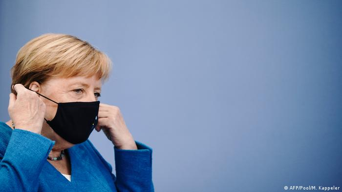 Angela Merkel vestindo máscara