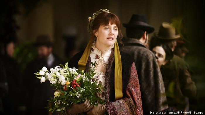 British actress Romola Garai playing Eleanor Marx, dressed in costume and holding flowers in a filmstill from Miss Marx (picture-alliance/AP Photo/E. Scarpa)