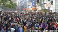 Menschenmassen auf der Lu Nanjing Road, größte Einkaufsstraße von Shanghai, China, Asien | Verwendung weltweit, Keine Weitergabe an Wiederverkäufer.