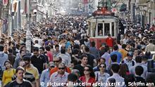 Historische Straßenbahn fährt durch Menschenmassen, Einkaufsstraße Istiklal Caddesi, Unabhängigkeitsstraße, Beyoglu, Istanbul, Türkei, Asien | Verwendung weltweit, Keine Weitergabe an Wiederverkäufer.