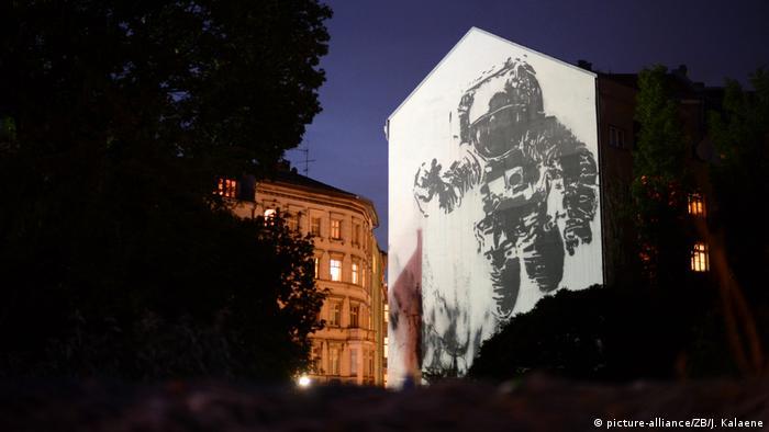 Pintura em parede de prédio mostra um astronauta