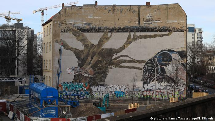 Grafite de árvore seca em parede numa esquina em Berlim