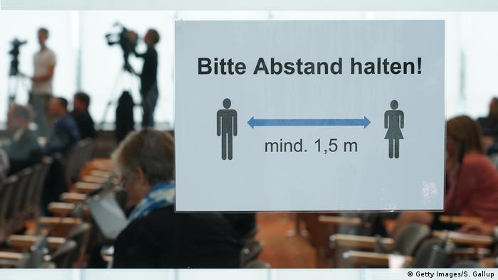 Плакат с надписью: соблюдай дистанцию не менее 1,5 метра