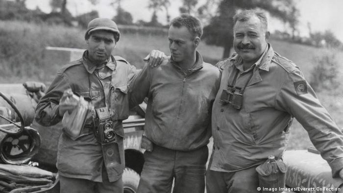 Robert Capa (à esquerda) e Ernest Hemingway (à direita) na estrada com as tropas americanas na França em julho de 1944