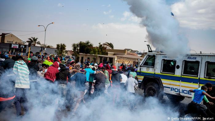 Südafrika Johannesburg | Unruhen nach Tod eines Teenagers in Eldorado Park (Getty Images/AFP/M. Spatari)